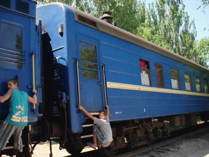Russian kids take a free train ride 3