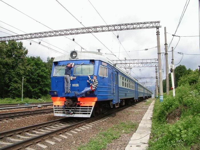 Russian kids take a free train ride 6