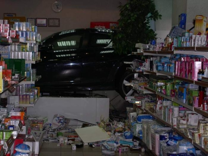 Russian girl crashed into store 3