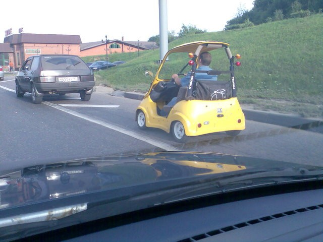 golf car spotted on the moscow dangerous highway 4