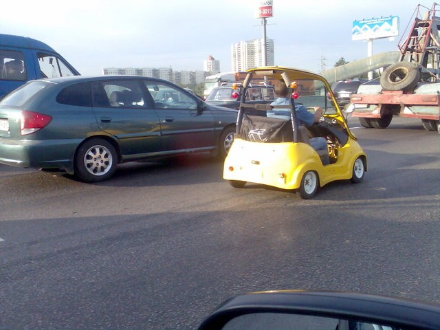 golf car spotted on the moscow dangerous highway 7