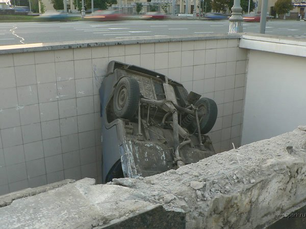 the driver parked his car in the entrance of the metro 4