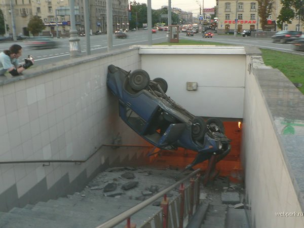 the driver parked his car in the entrance of the metro 6