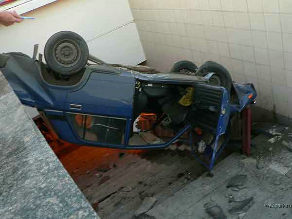 the driver parked his car in the entrance of the metro 7