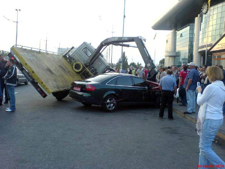 wrecker falls under the load in Kiev 1