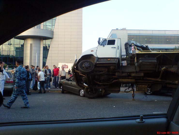 wrecker falls under the load in Kiev 2