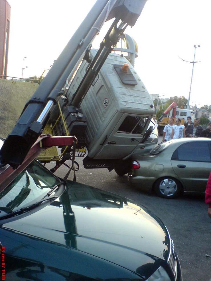 wrecker falls under the load in Kiev 3