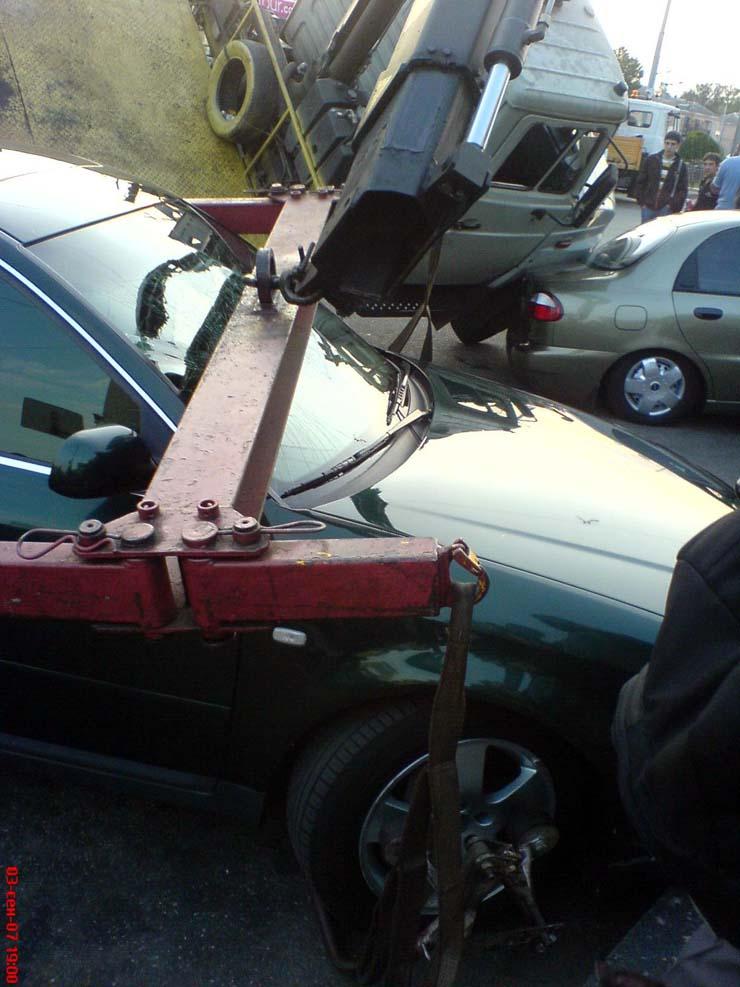 wrecker falls under the load in Kiev 4