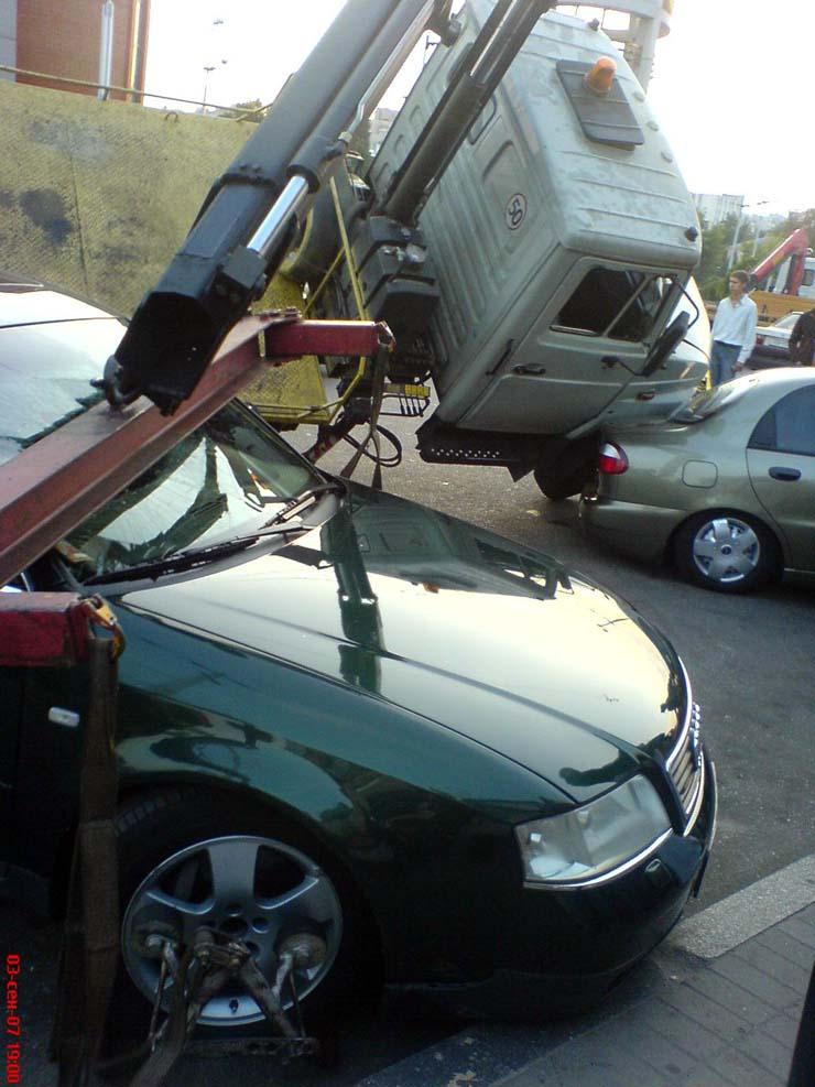 wrecker falls under the load in Kiev 5