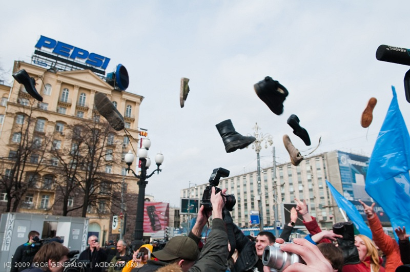 Russians throwing shoes in Bush photo 7