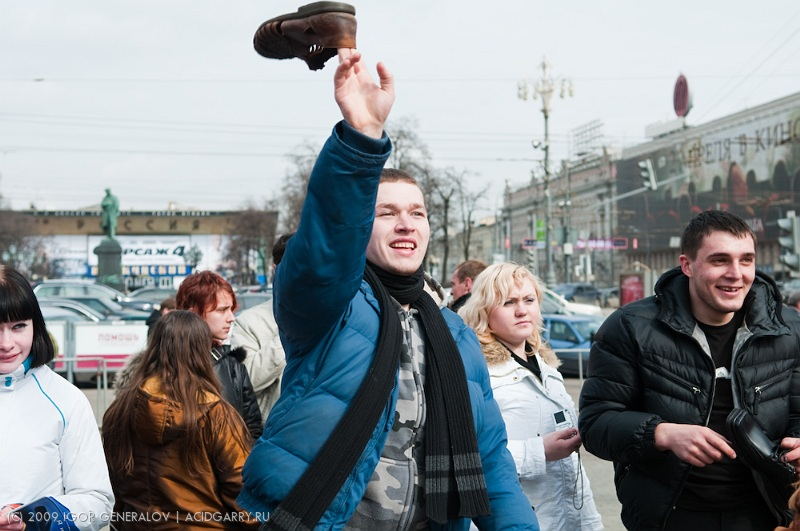 Russians throwing shoes in Bush photo 9