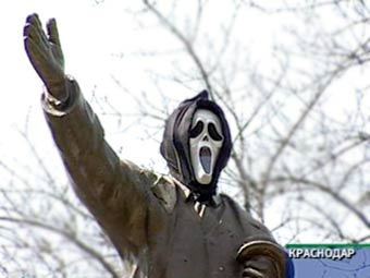 Lenin monument in Russian in Scream movie mask 1
