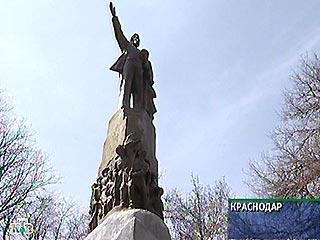 Lenin monument in Russian in Scream movie mask 6