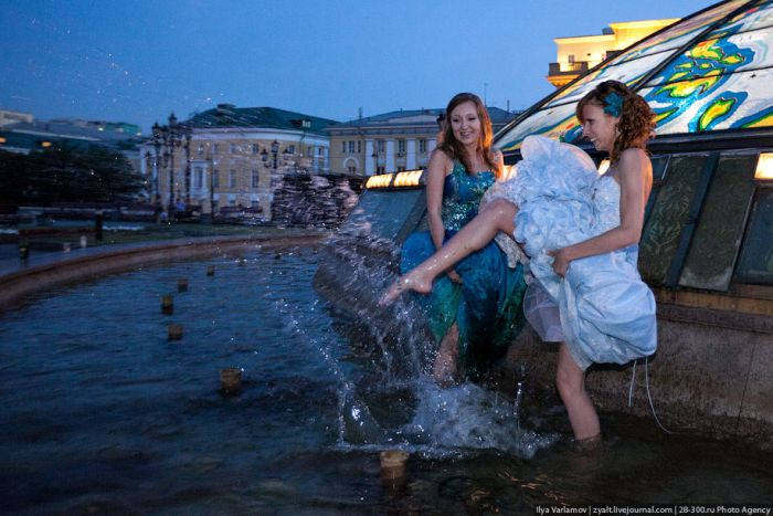 Moscow Graduates Bathing in Fountains 1