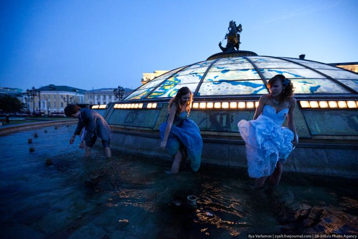 Moscow Graduates Bathing in Fountains 16