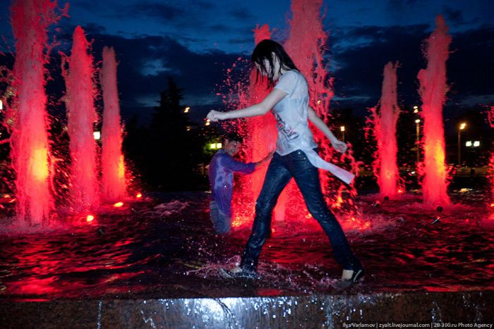 Moscow Graduates Bathing in Fountains 19