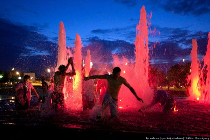 Moscow Graduates Bathing in Fountains 22