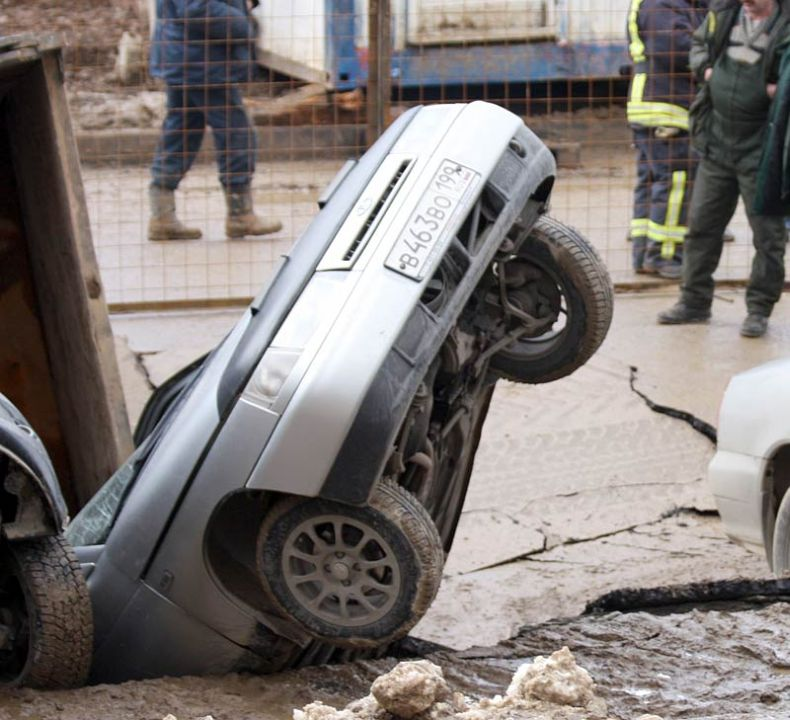 Moscow sinkhole gets more cars in Russia