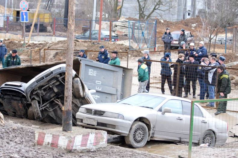 Moscow sinkhole gets more cars in Russia 10