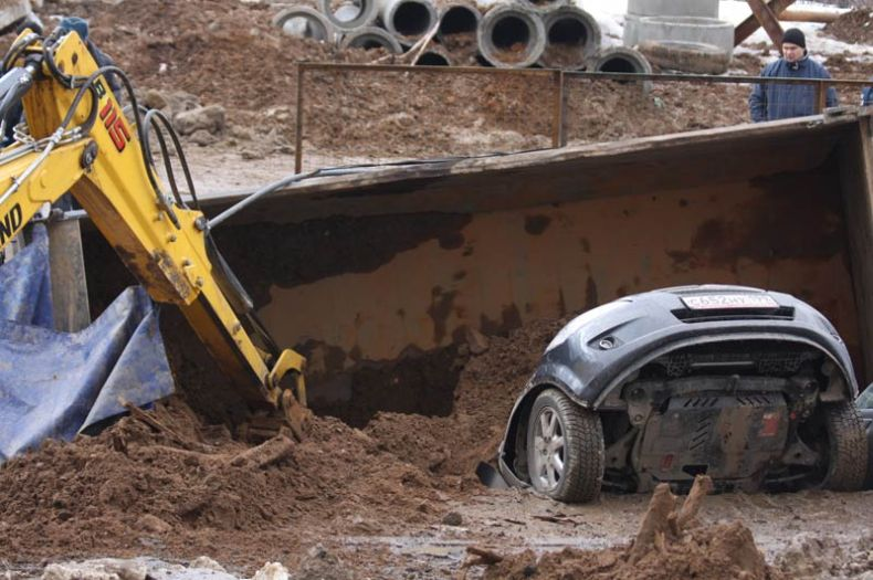 Moscow sinkhole gets more cars in Russia 2