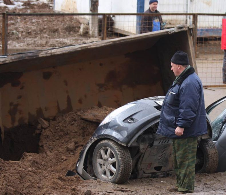 Moscow sinkhole gets more cars in Russia 3