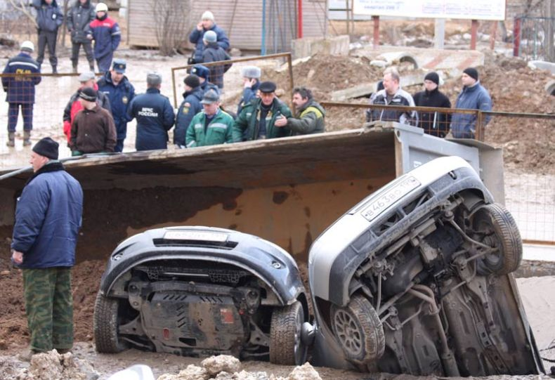 Moscow sinkhole gets more cars in Russia 8