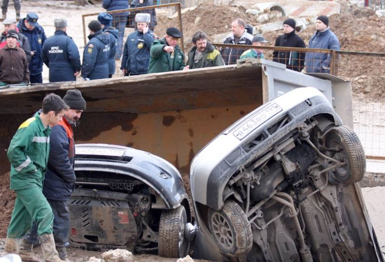 Moscow sinkhole gets more cars in Russia 9