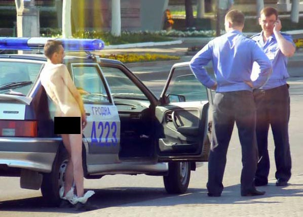 naked Russian guy deals with police 1