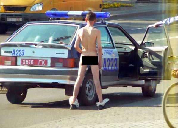 naked Russian guy deals with police 4