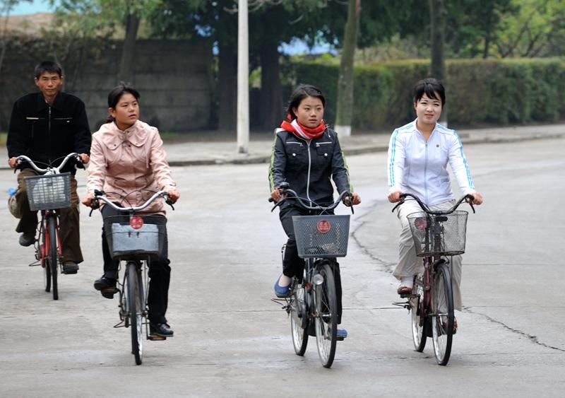 ¿Es verdad que en Corea del Norte las mujeres no pueden andar en bicileta? Kor6-8