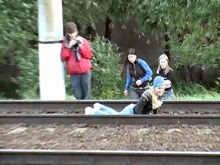 Russian girl is having fun 11     تصاویر خوابیدن دختر روس زیر قطار http://sonia.blogsky.com/