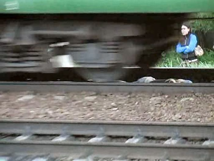 Russian girl is having fun 9  تصاویر خوابیدن دختر روس زیر قطار http://sonia.blogsky.com/