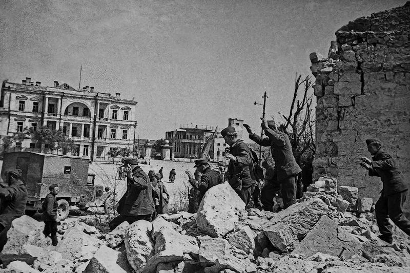 The Unique Photo Exhibion of a Soviet War Reporter