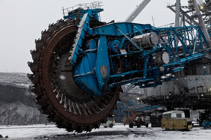 Biggest in the World Open-Pit Coal Mine and its Giant Machinery