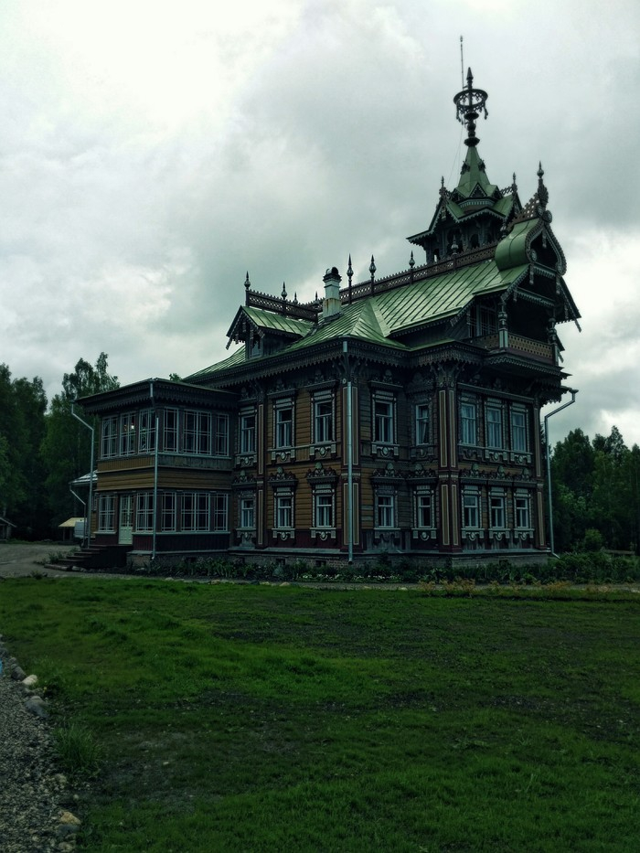 Restored 19th Century Wooden Peasants Palace [photos]