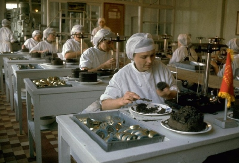 A Process of Black caviar harvesting in Astrakhan Russia in 1960s [photos]