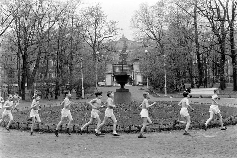 "American visits ""Pioneer Palace"" in Leningrad, 1958"