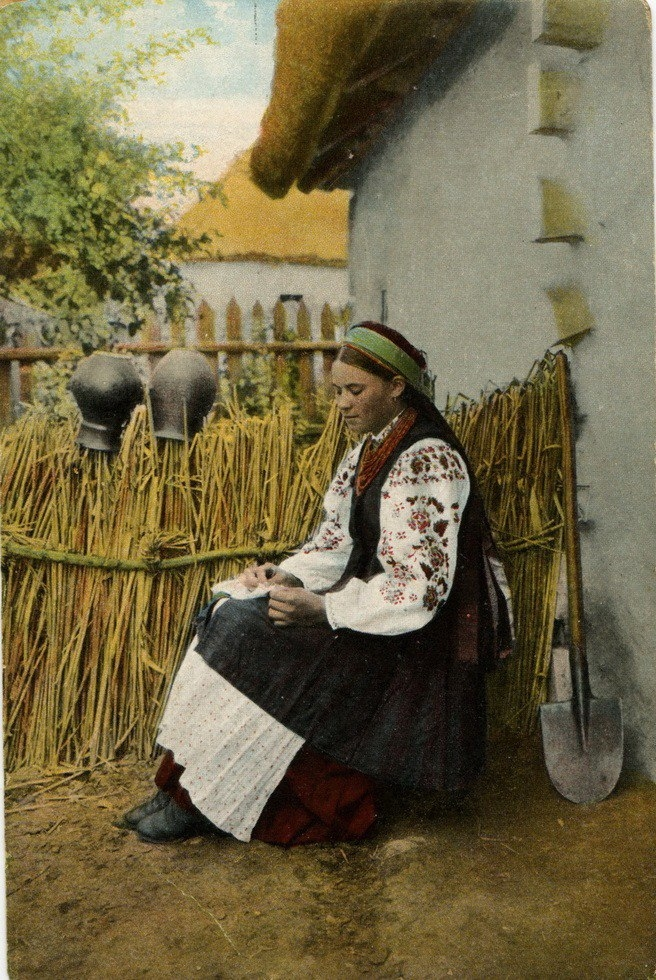 Life of People Wearing Traditional Clothes at the End of 19th Century [photos]