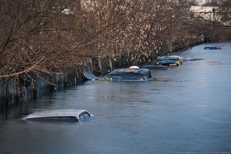 Early Spring Caused Hundreds of Garages with Cars Being Flooded in Moscow