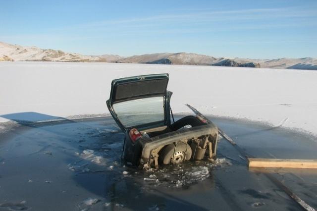 Cars That Stuck on Baikal Lake Ice [25 photos]