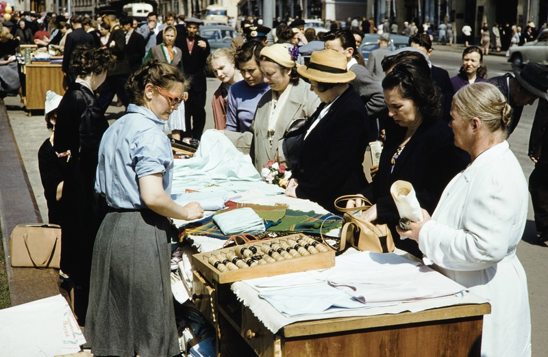 Street Sellers in Soviet Moscow in 1950s [photos]