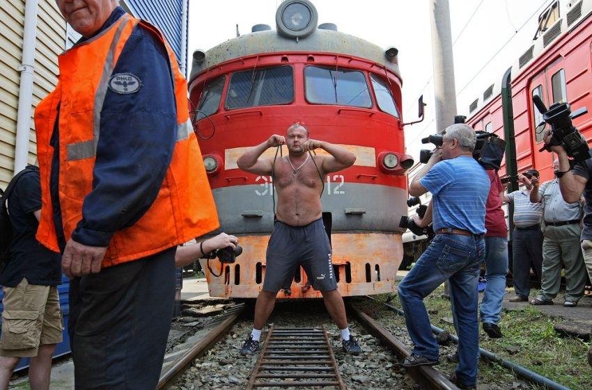 Guy pulls 120 ton train ahead english russia