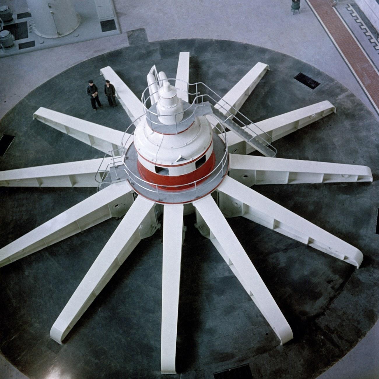 Turbina gigantesca na hidroelétrica de Samara, construída nos anos 1950. Apesar de importante, obras como essa pouco fizeram para melhorar a produtividade da indústria soviética. [via English Russia]