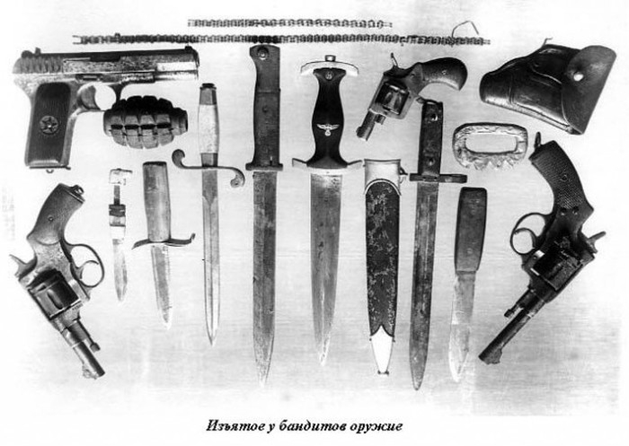 Algumas armas ilegais apreendidas pela polícia de Leningrado [S. Petersburgo] em meados dos anos 1940. [via English Russia]