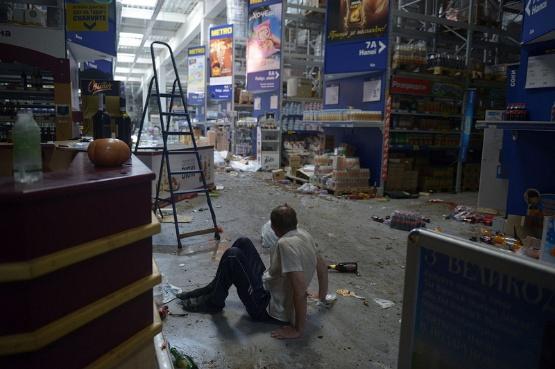 Looters Raid a Hypermarket Store in Donetsk