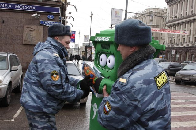 Russian police doesn't like greenpeace 2