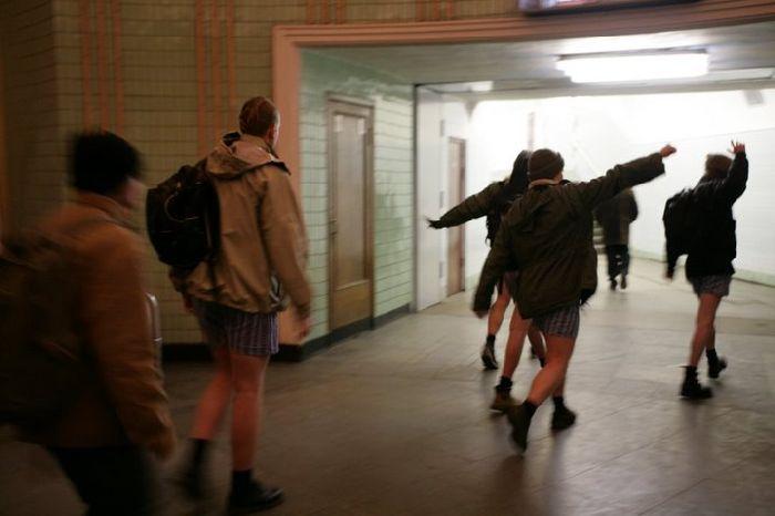 Pants down in Ukraine Subway 5