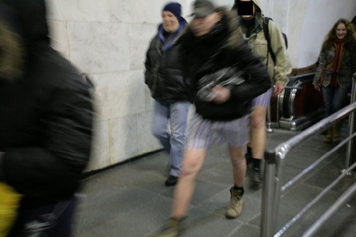 Pants down in Ukraine Subway 9