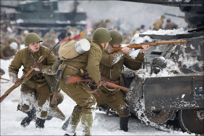People playing World War 2 in Russia 14