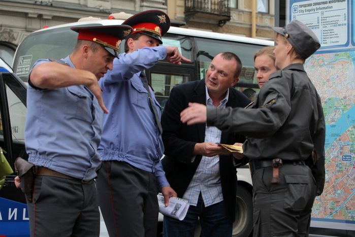Compassion to a Foreigner, Russian policemen give road directions to the lost foreigner, photo by A. Petrosian